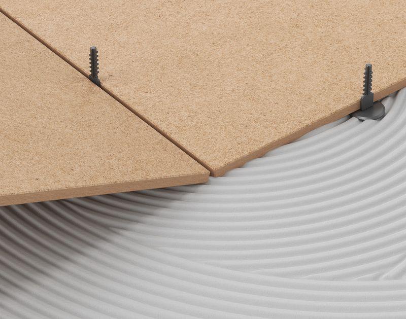 Установите по два зажима на каждой стороне плитки